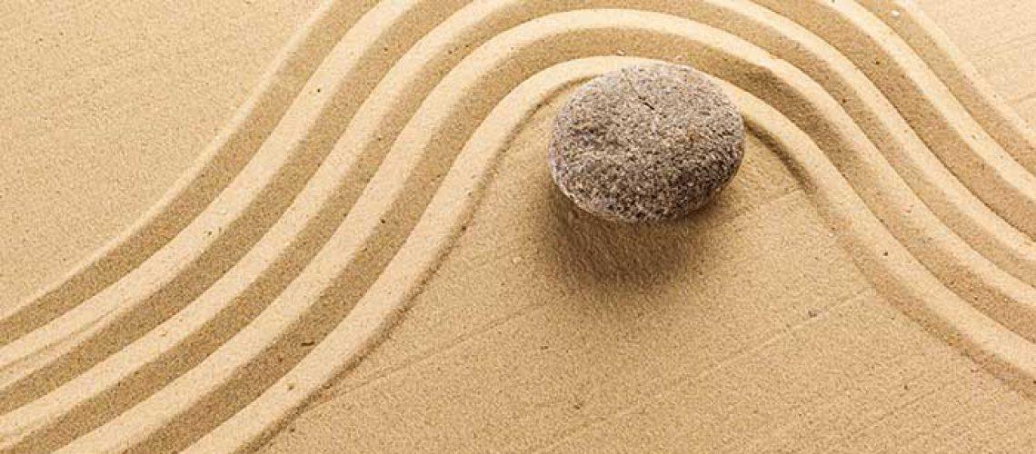 אבן עם עקבות בחול